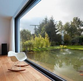 Saját tóra néző ház